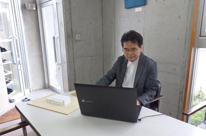 パソコンを操作する宮本さん