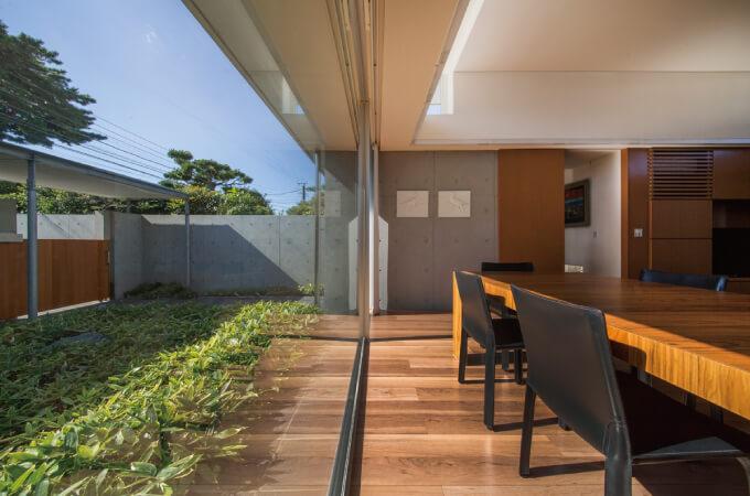 『コンクリート数寄屋』中庭と屋内との境目