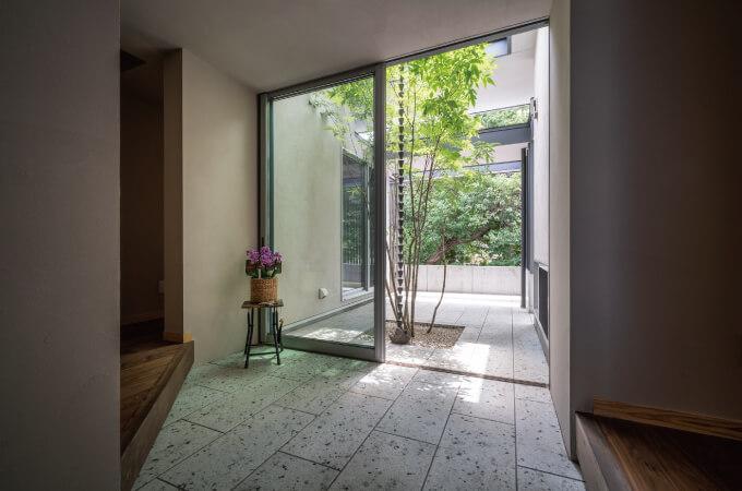 『借景の家』屋内から見た中庭