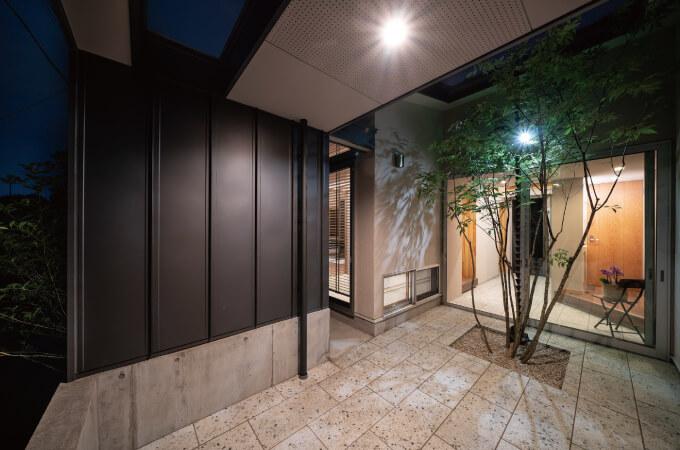『借景の家』夕暮れ時の中庭