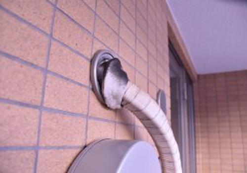 エアコンやガス、水道などの配管と壁の隙間