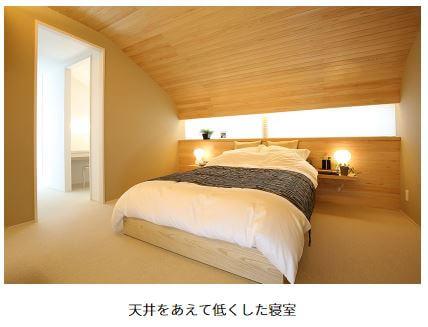天井の低い寝室
