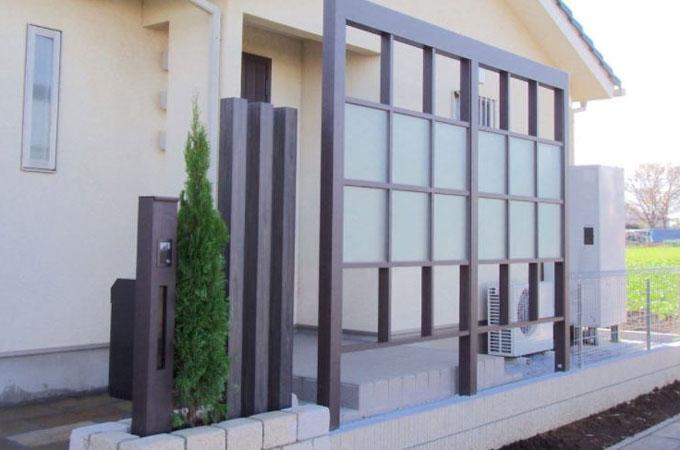すりガラス調フェンス玄関前施工例