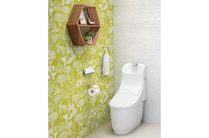 白い壁紙とグリーンの壁紙のトイレの事例