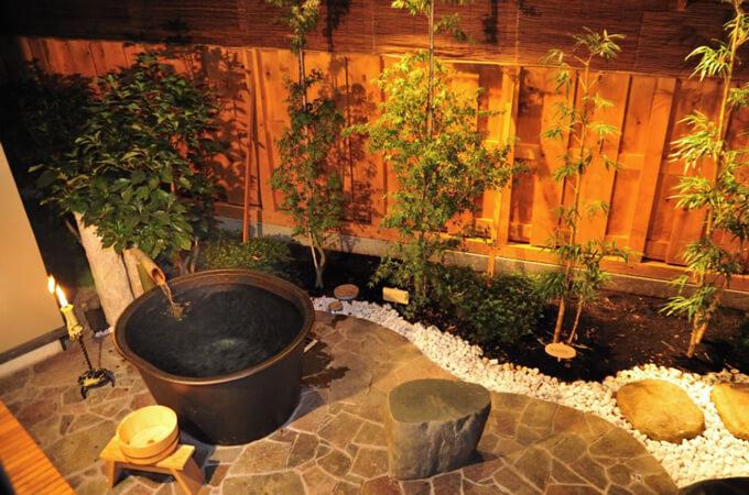 レトロさ漂う庭の五右衛門(ごえもん)風呂