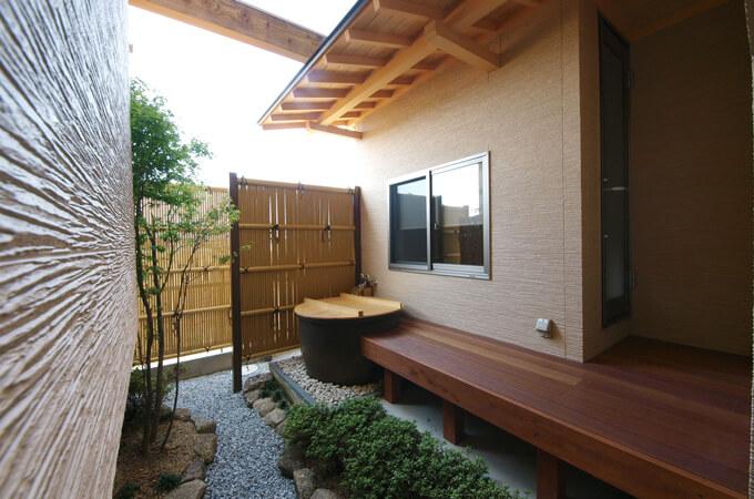 中庭のウッドデッキの先に設けられた風呂釜