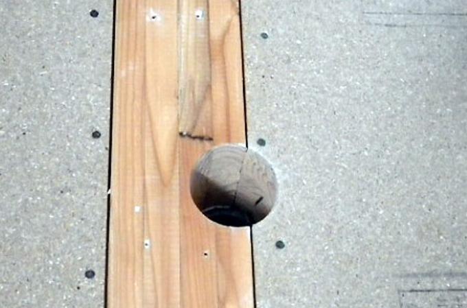 穴が空いた柱