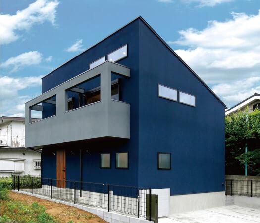 3色でデザインされた新築の例